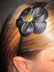 hårbøjle med læderblomst