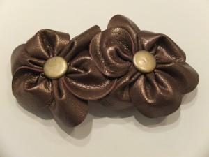 Spænde med blomster i læder