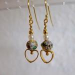 guld øreringe med cloisonné perle og hjerte